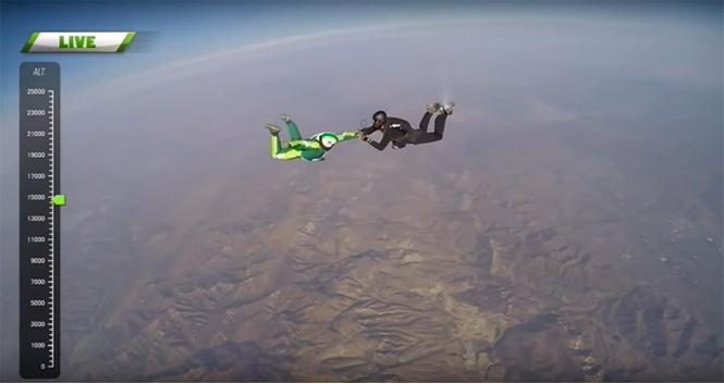 Люк отдает кислородную маску партнеру с парашютом