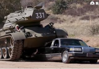Арнольд Шварценеггер расплющивает лимузин своим личным танком! Позитивное ВИДЕО