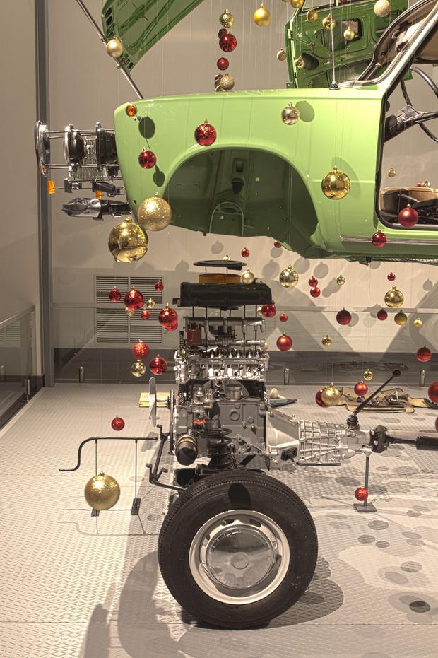 Фото №2 - В музее автомобилей сделали новогоднее украшение из «копейки»