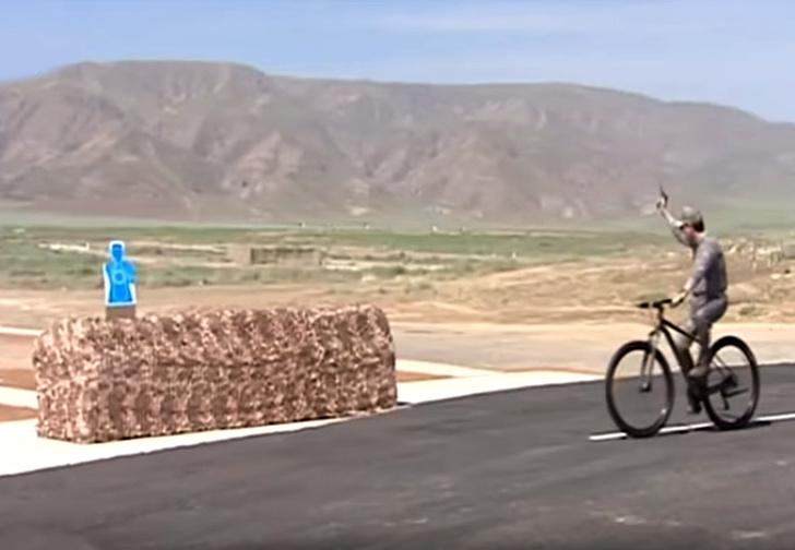 Фото №1 - Президент Туркменистана едет на велосипеде и метко поражает мишени (видео)