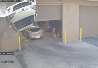 Нога водителя застряла между педалями, и машина упала со второго этажа парковки. Видео