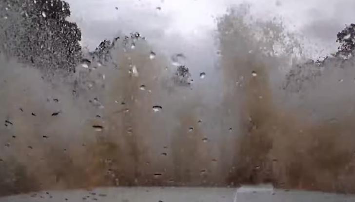 Фото №1 - Мужик, такой, едет себе по шоссе, как вдруг бац — река! И тут его понесло! (Стихийное ВИДЕО)