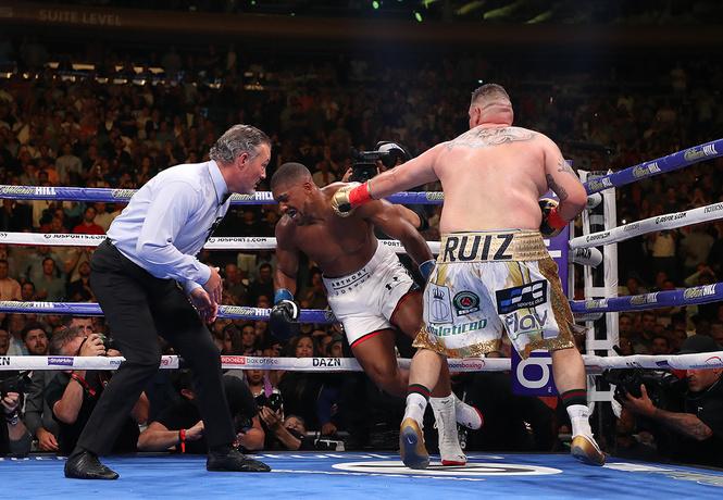 Пухлый боксер с невероятной прытью одолел на ринге темнокожего качка, и это похоже на сцену из «Симпсонов» (видео)