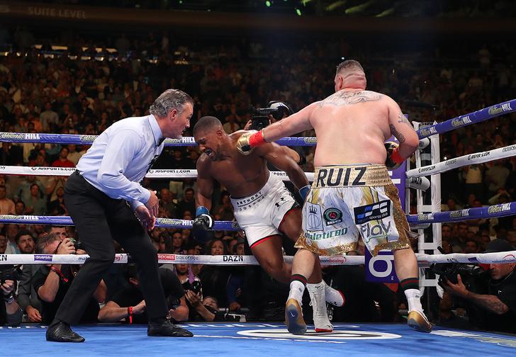 Фото №1 - Пухлый боксер с невероятной прытью одолел на ринге темнокожего качка, и это похоже на сцену из «Симпсонов» (видео)