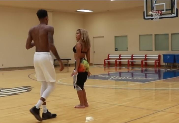 Фото №1 - Защитник клуба НБА и его девушка-модель играют в баскетбол на раздевание (видео)