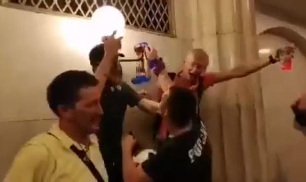 Фото №1 - Российские болельщики громят станцию метро, а полицейские просто проходят мимо! Мистическое ВИДЕО