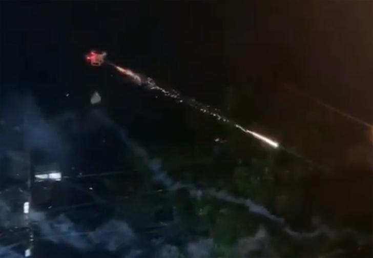 Фото №1 - Бразильцу надоели шумные соседи, и он наслал на них небесный огонь с помощью дрона и фейерверков (видео)