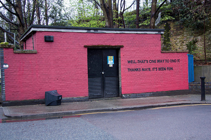 Фото №26 - Красное на черном: Как уличный художник троллил коммунальщиков