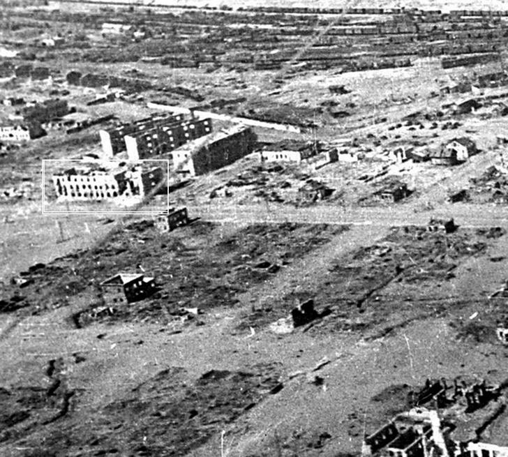 Развалины «молочного дома», стоявшего в северо-западном углу площади 9 Января. Сейчас на этом месте по адресу проспект Ленина, 31, в Волгограде находится Дом офицеров