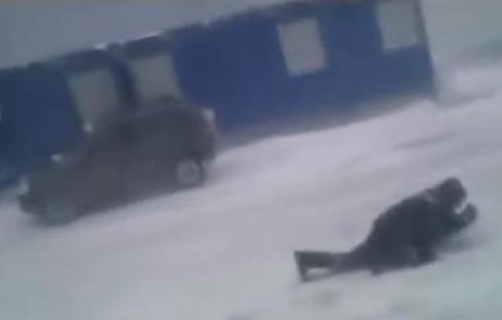 Фото №1 - Рабочий ползет против убойного ветра, втыкая в землю отвертки (продувное видео)