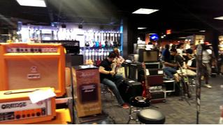 Уникальная атмосфера музыкального магазина в Нью-Йорке (видео для раздражения)