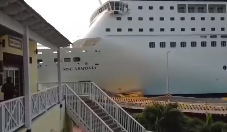Фото №1 - Гигантский круизный лайнер рубит причал в щепки! Сокрушительное ВИДЕО