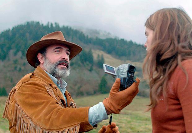 Фото №1 - MAXIM рецензирует комедию «Оленья кожа» с бородатым Дюжарденом и небородатыми шутками