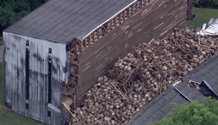 Фото №1 - Вот как выглядит разрушенный склад с 9 тысячами бочек виски