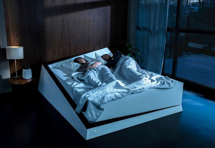 Фото №1 - Инженеры Ford разработали кровать для двоих, которая не позволяет оттеснить тебя к краю (магическое видео)