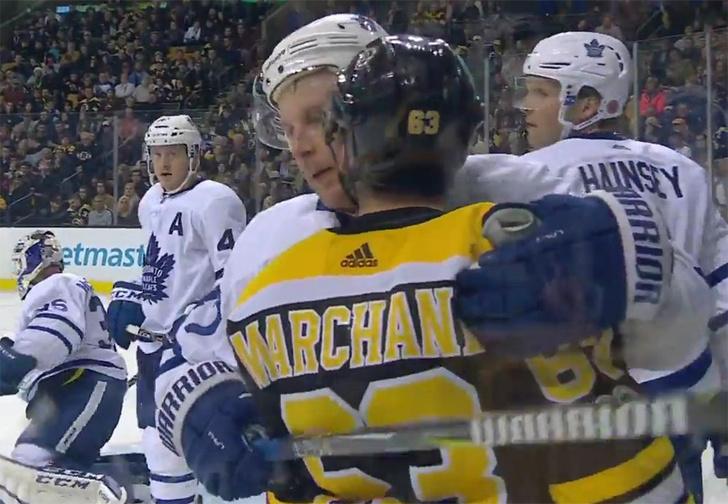 Фото №1 - «Уйди ты со своими поцелуями!» НХЛ официально запретила хоккеисту облизывать соперников