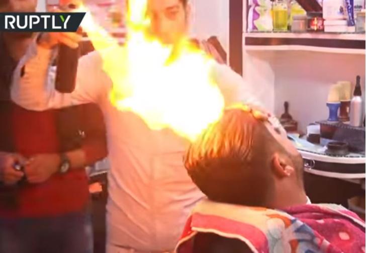 Фото №1 - Парикмахер стрижет огнем!