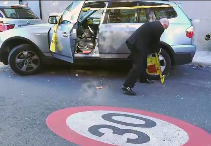 Фото №1 - Водитель оторвал полицейский блокиратор руками и увез в багажнике под аплодисменты зевак (видео)