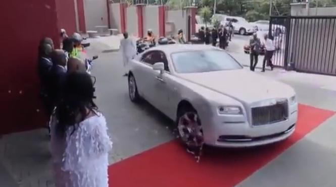Африканский пастор прибывает на проповедь (скромное ВИДЕО)