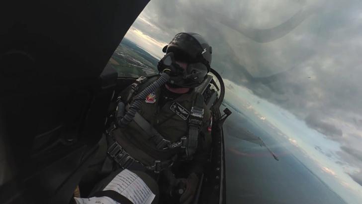 Фото №1 - На кокпит истребителя поставили камеру с гироскопом. Укачивающее ВИДЕО
