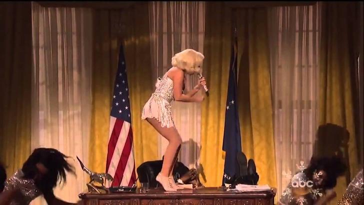 Фото №1 - Леди Гага удаляет старую песню из магазинов и сервисов, чтобы не сеять сексуальное насилие