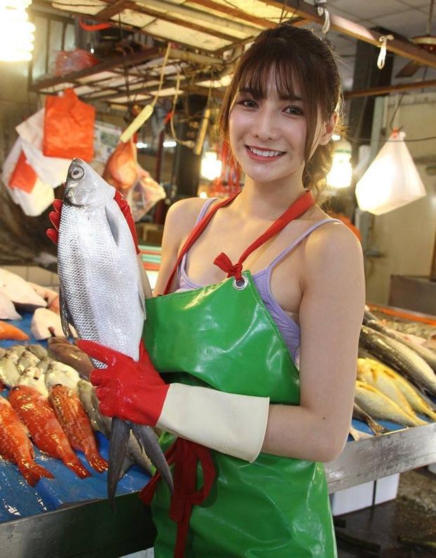 Фото №2 - Пользователи нашли «самую красивую продавщицу рыбы» (фото и видео прилагаем). Но с ней все оказалось не так просто
