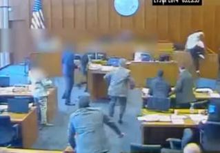 Подсудимый нападает на свидетеля прямо в зале суда — и в него стреляют! Динамичное ВИДЕО