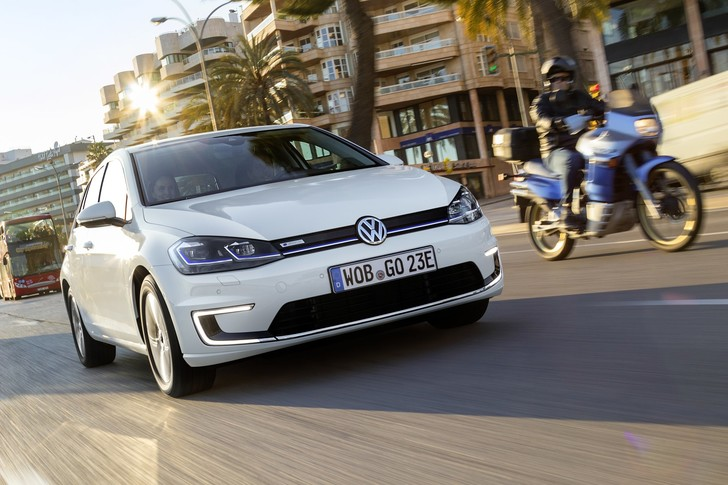 Фото №1 - Этот день настал. Мы прокатились на Volkswagen Golf, а потом включили его в розетку