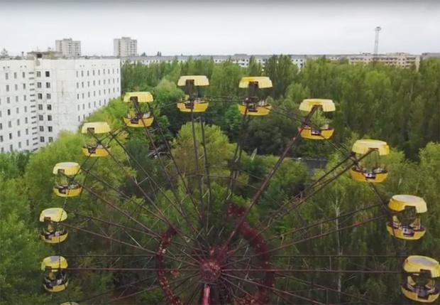 Фото №1 - Туристы запустили колесо обозрения в Припяти, не работавшее 30 лет (ВИДЕО)