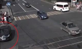Автомобиль без водителя въехал в прохожих в Перми (выдыхай: все живы!). Видео