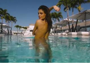 Бо Крсманович снимает лифчик в бассейне!