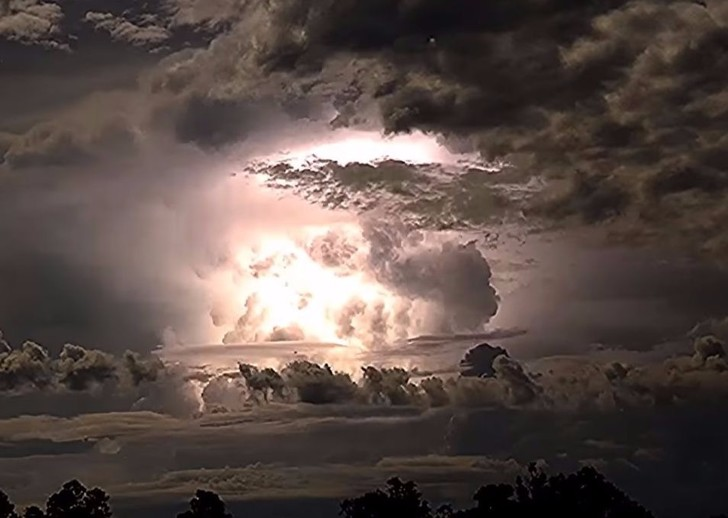 Фото №1 - Эпичное видео всесокрушающей грозы! Прямая поставка из небесной канцелярии!