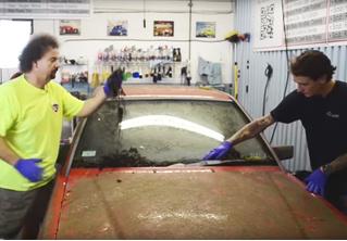 Брошенный годы назад Mercedes отмыли до состояния нового (видео)