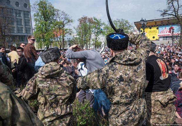 Фото №1 - Казаков, которые избивали людей на акции «Он нам не царь», выпороли нагайками