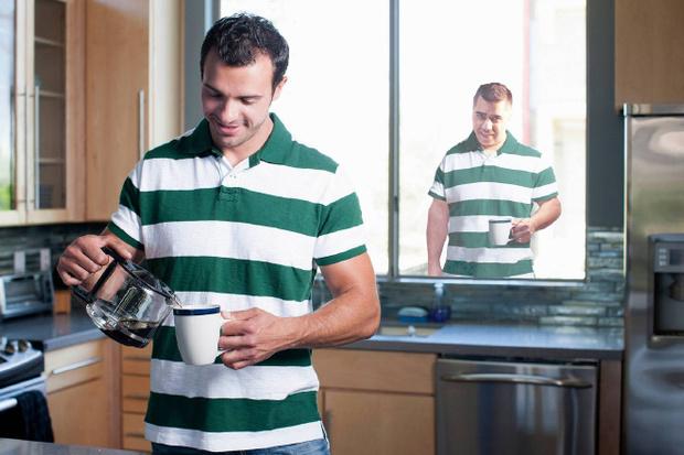 Фото №13 - Парень делает коллажи из скучных фотографий фотобанков