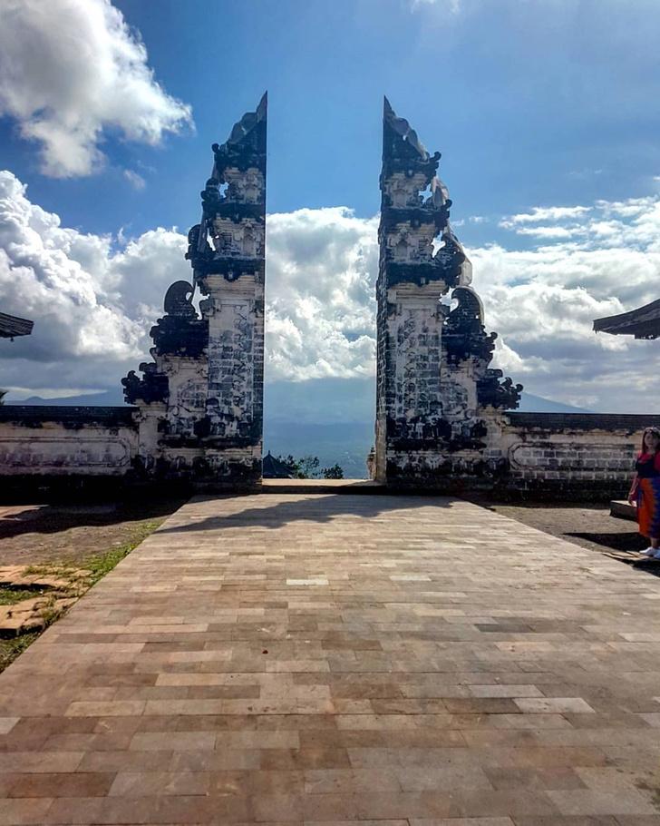 Фото №4 - Девушка приехала на Бали ради популярной в «Инстаграме» достопримечательности, но оказалось, что большинство фото возле нее — подделка