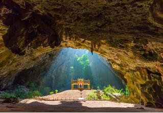 Посмотри на огромную карстовую пещеру Прайя-Након в Таиланде