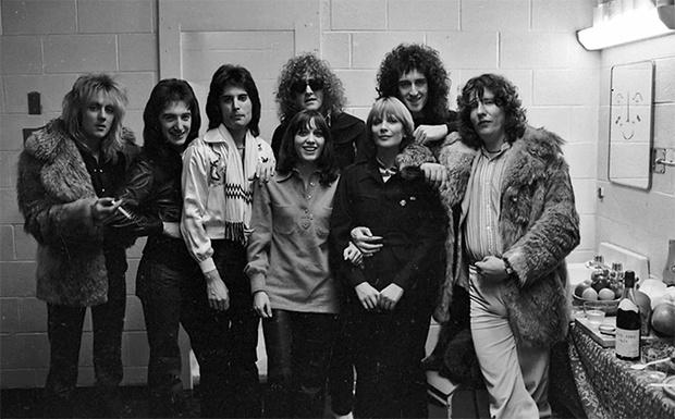 Queen вместе с девушками, вокалистом группы Mott the Hoople и продюсером Роем Томасом Бейкером (справа)