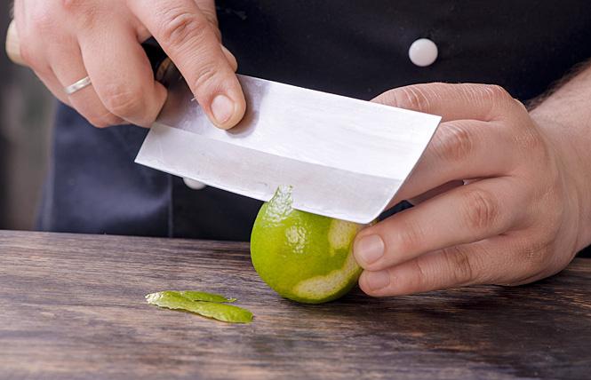 Тонко счисть цедру лимона