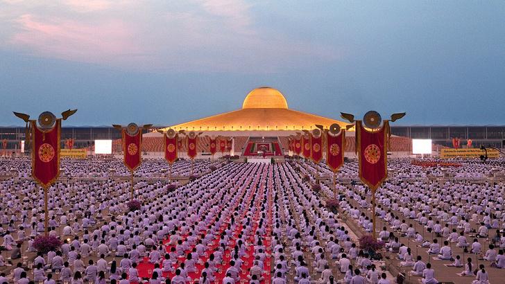 Фото №2 - Секта буддийских миллионеров из Таиланда принимает туристов в своем храме