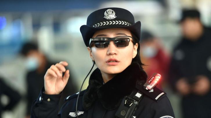Фото №1 - Китайским полицейским раздали очки с функцией распознавания лиц