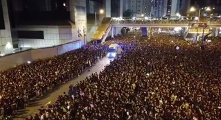 Полумиллионная толпа и машина скорой помощи в Гонконге (видео)
