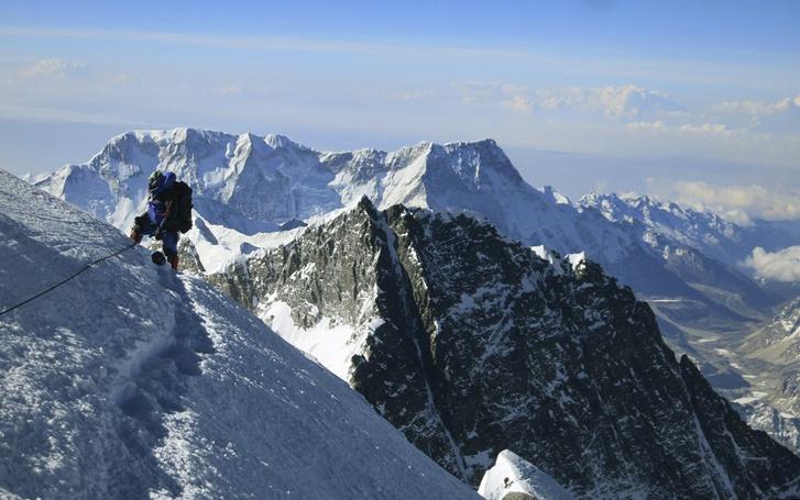 Фото №1 - Китай снова пытается уменьшить высоту Эвереста