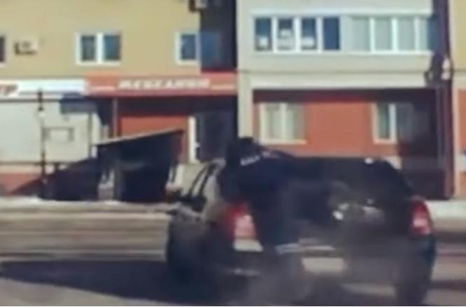 Гаишник запрыгнул на угнанную машину, разбил пистолетом стекло, влез в салон — и скрутил пьяного злодея за рулем! ВИДЕО
