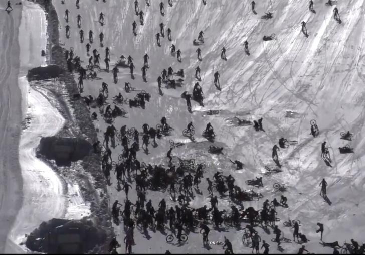 Фото №1 - Эпичное падение десятков велогонщиков с крутого склона на «Адовой горе» (видео глазами очевидцев и участника)