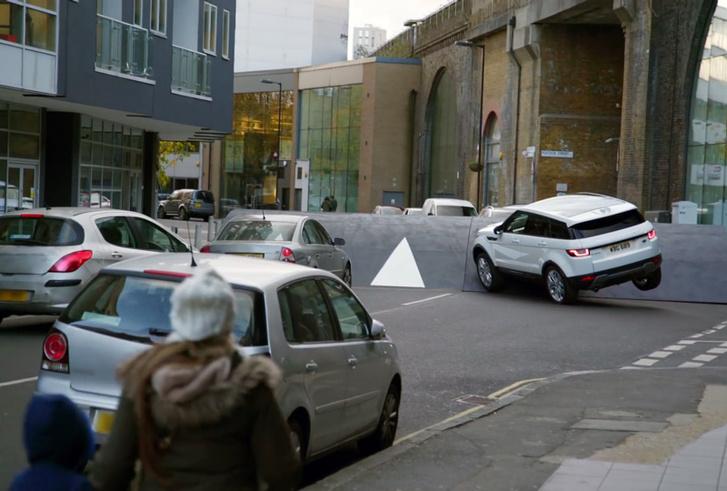Фото №4 - Несколько машин помяли о самый большой в мире «лежачий полицейский». Выяснилось, что его построили для вирусной рекламы