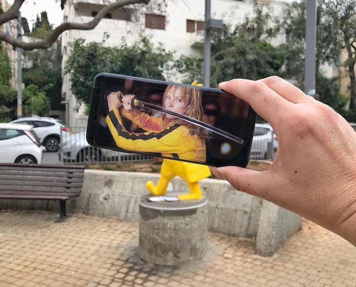 Фото №1 - Коллажи из экрана смартфона и живого мира (галерея)