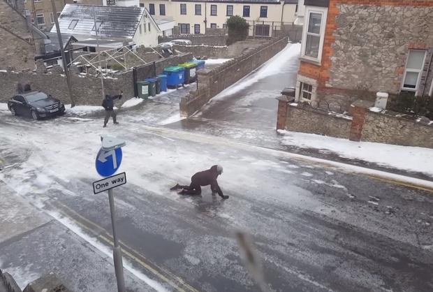 Фото №1 - Вот умора! Британские пешеходы пытаются пройти по наглухо обледеневшей дороге! (сногсшибательное ВИДЕО)