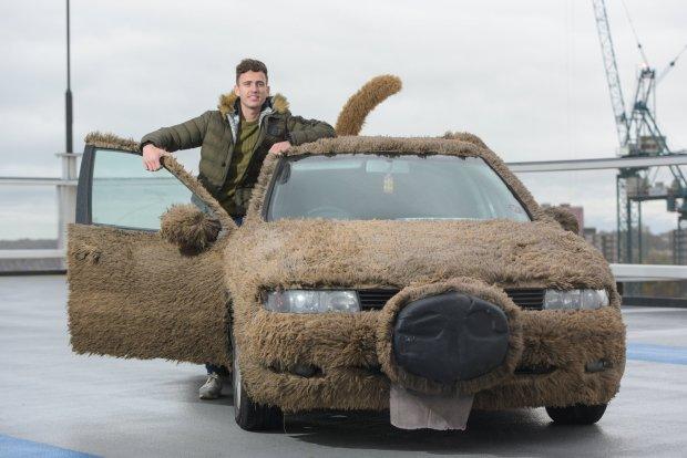 Фото №1 - Предприниматель года: парень переделал автомобиль в собаку, чтобы не подвозить девушку на работу