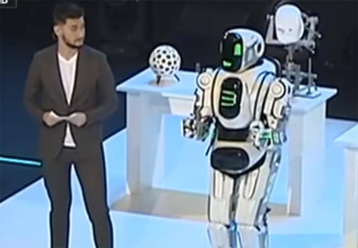 Фото №1 - В Ярославле на выставке показали «самого современного» российского робота, очень похожего на человека в костюме робота
